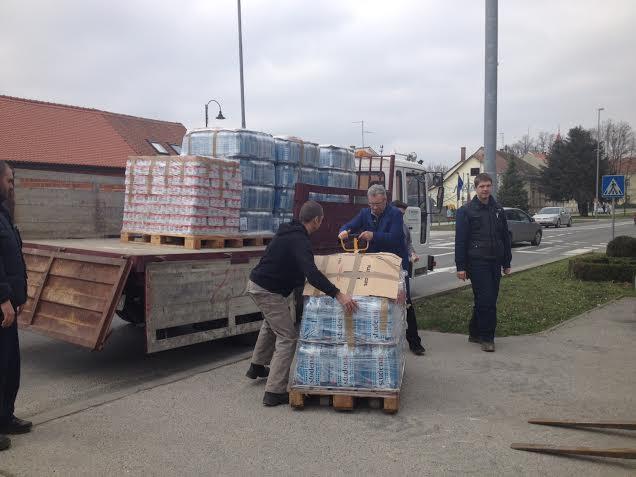 Utovar robe za donaciju Sisku // Foto: Crveni križ Koprivnica