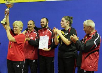 Maxi Team podigao je pobjednički pehar // Foto: Stolni tenis Koprivnica