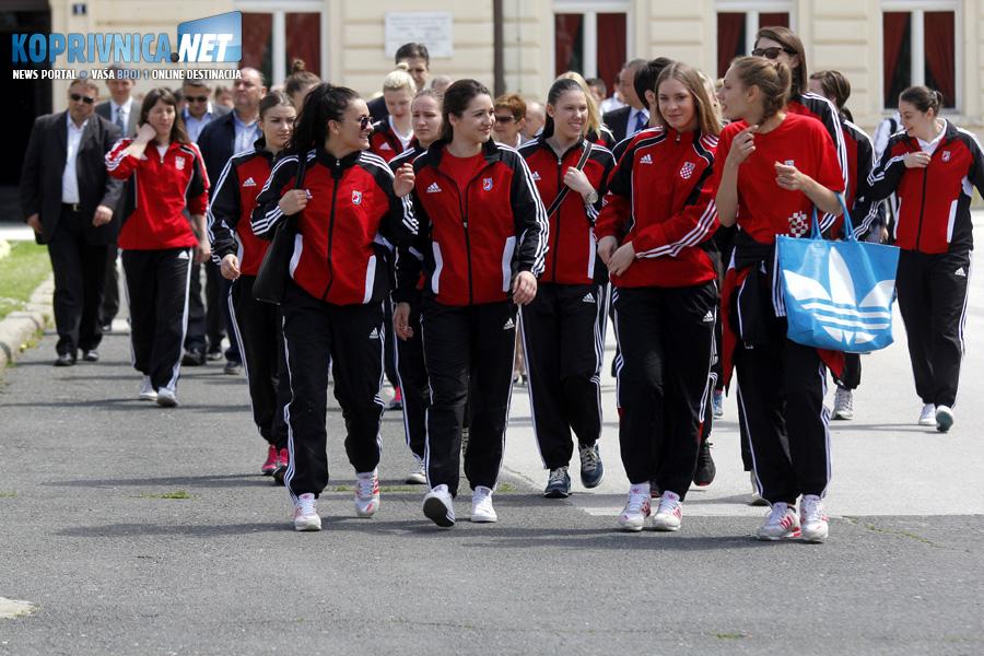 Ždrijeb su pratile i igračice hrvatske juniorske reprezentacije // Foto: Koprivnica.net