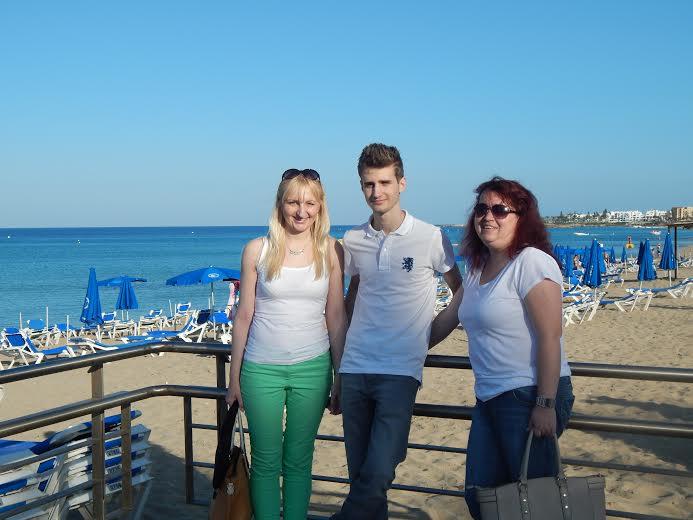 Profesorice koprivničke gimnazije Marina Furkes i Marina NJerš s Davidom Emanuelom Lukšićem na Cipru