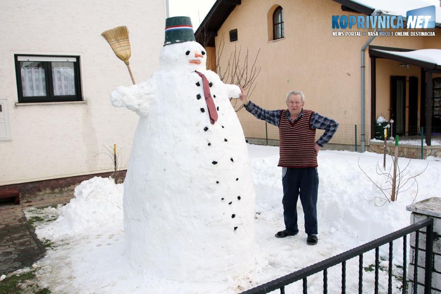 Ivan Vitez (82) ponosno pozira sa svojim snjegovićem od dva i pol metra // foto: Koprivnica.net