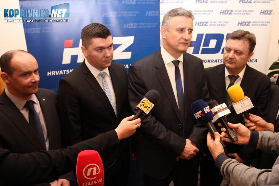 Predsjednik HDZ-a Tomislav Karamarko pred novinarskim mikrofonima u Đurđevcu // Foto: Koprivnica.net