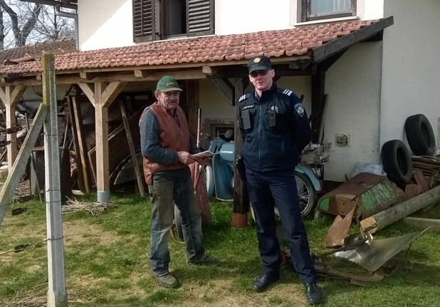 Đurđevački kontakt-policajac u preventivnoj akciji // Foto: PU koprivničko-križevačka
