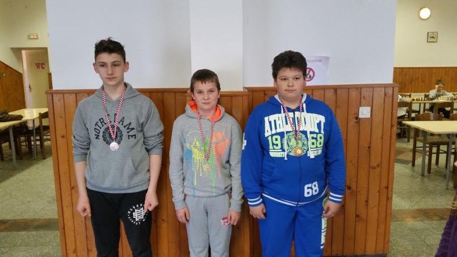 Dječaci do 13 godina, u sredini Luka Plazek