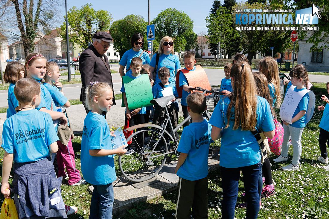Zlatko Blažeković iz Old timer kluba Biciklin je pričao mališanima o starim biciklima // foto: Mario Kos
