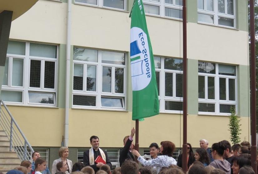 Podizanje zelene zastave ispred Osnovne škole 'Đuro Ester'