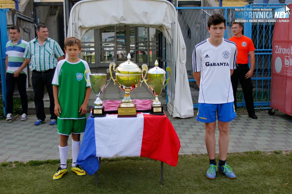 Pehare su tijekom utakmice čuvali mladi nogometaši Koprivnice i Tehničara // Foto: Zvonimir Markač