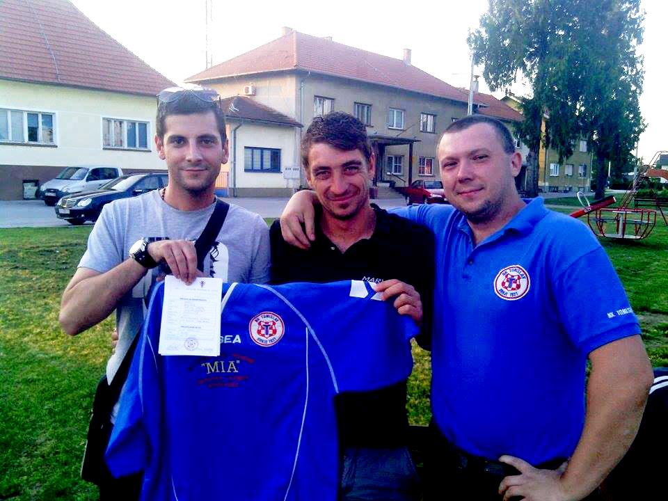 Hrvoje Bači (u sredini) u dobrom raspoloženju nakon potpisa za Tomislav iz Drnja // Foto: Facebook