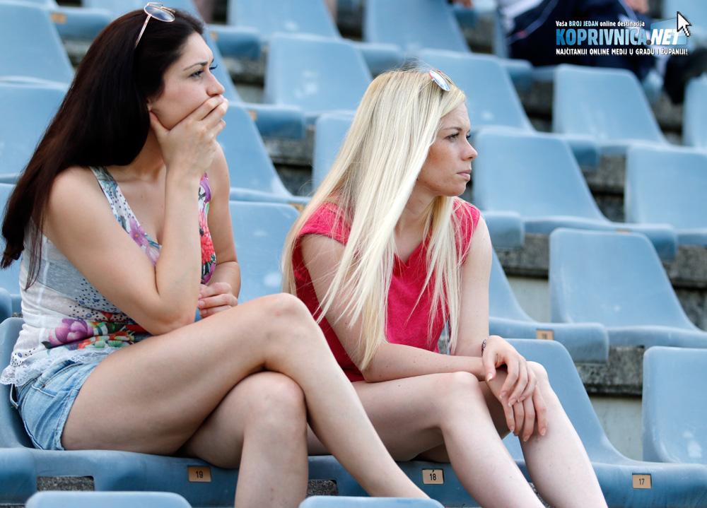 Utakmicu su uljepšale ove dvije navijačice, no i njihova lica odavala su zabrinutost // Foto: Mario Kos