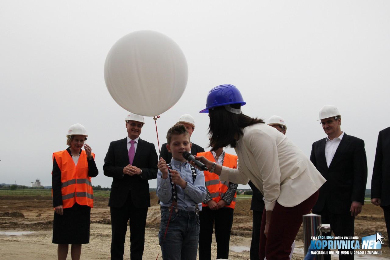 Balon za sreću pustio je Fran Keser, unuk Belupove djelatnice Tanje Keser // Foto: Matija Gudlin
