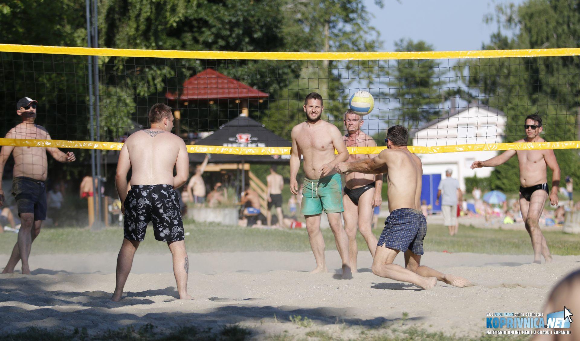 Osim kupanja, odlična zabava je bila i odbojka na pijesku // foto: Mario Kos