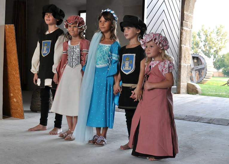 Mali modeli na modnoj reviji uoči Renesansnog festivala