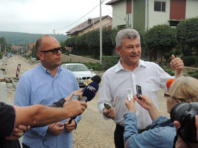 Gradonačelnik Križevaca Branko Hrg (desno) u Koprivničkoj ulici u Križevcima // Foto: Krizevci.hr