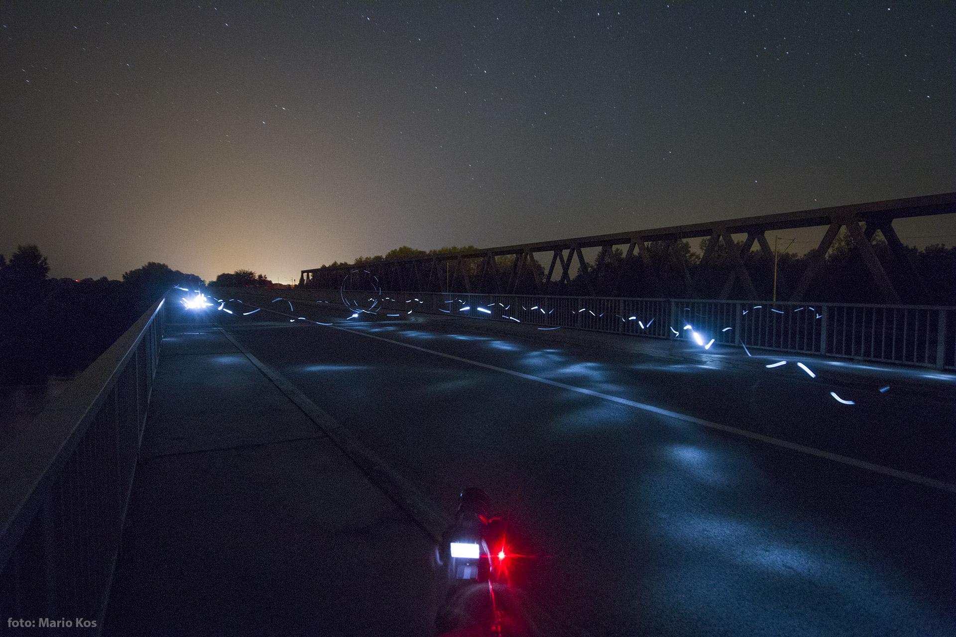 Igra svjetiljkom na dravskom mostu // Foto: Mario Kos