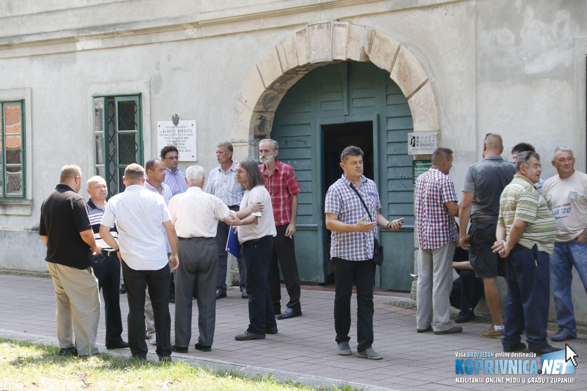 Okupljeni branitelji i posjetitelji izložbe ispred Muzeja grada Koprivnice // Foto: Mario Kos