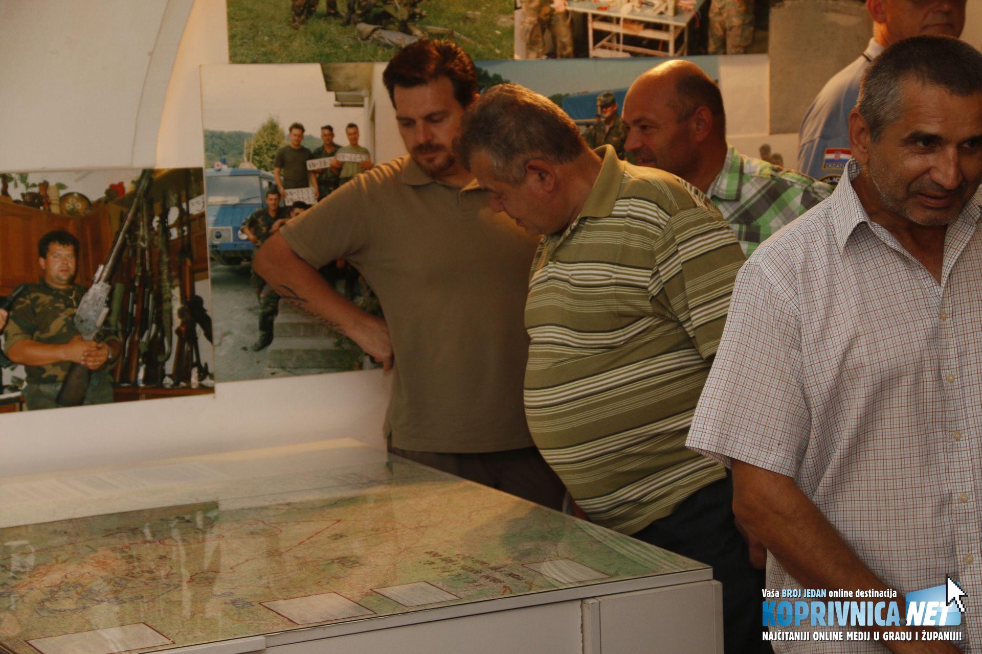 Posjetitelji su sa zanimanjem razgledali izložene predmete // Foto: Mario Kos