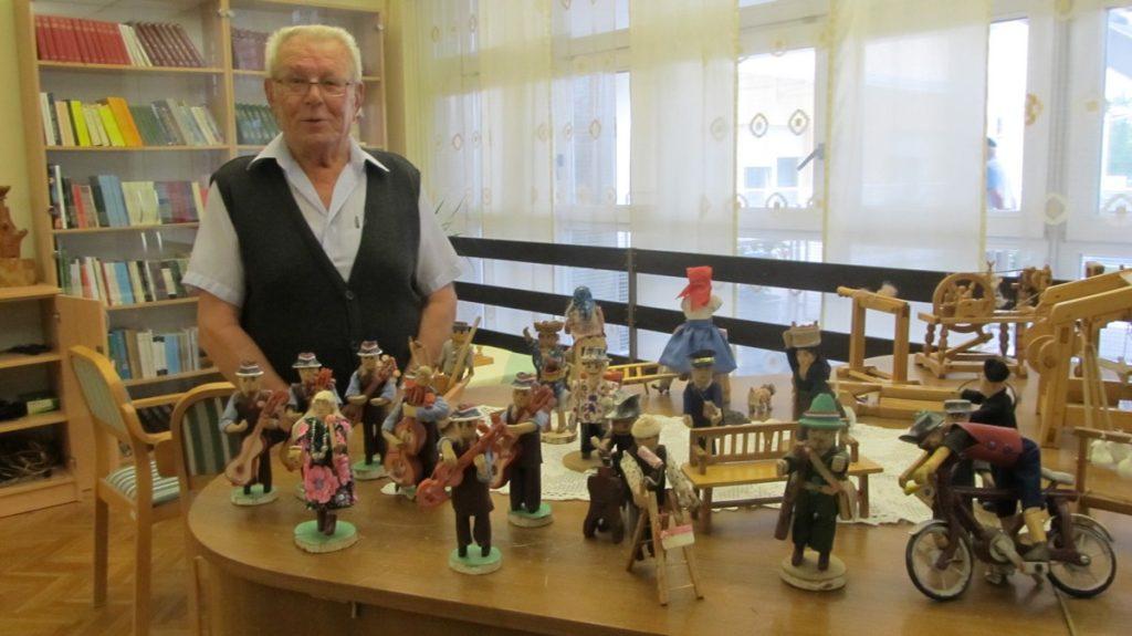 Ivan Vitez sa svojim drvenim minijaturama // Foto: Dom za starije i nemoćne osobe Koprivnica
