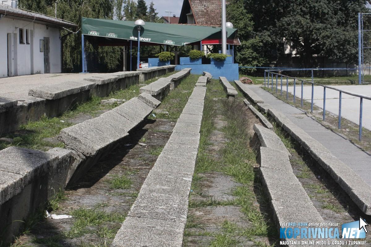 Zapadne tribine na rukometnom igralištu u katastrofalnom su stanju // Foto: Zvonimir Markač
