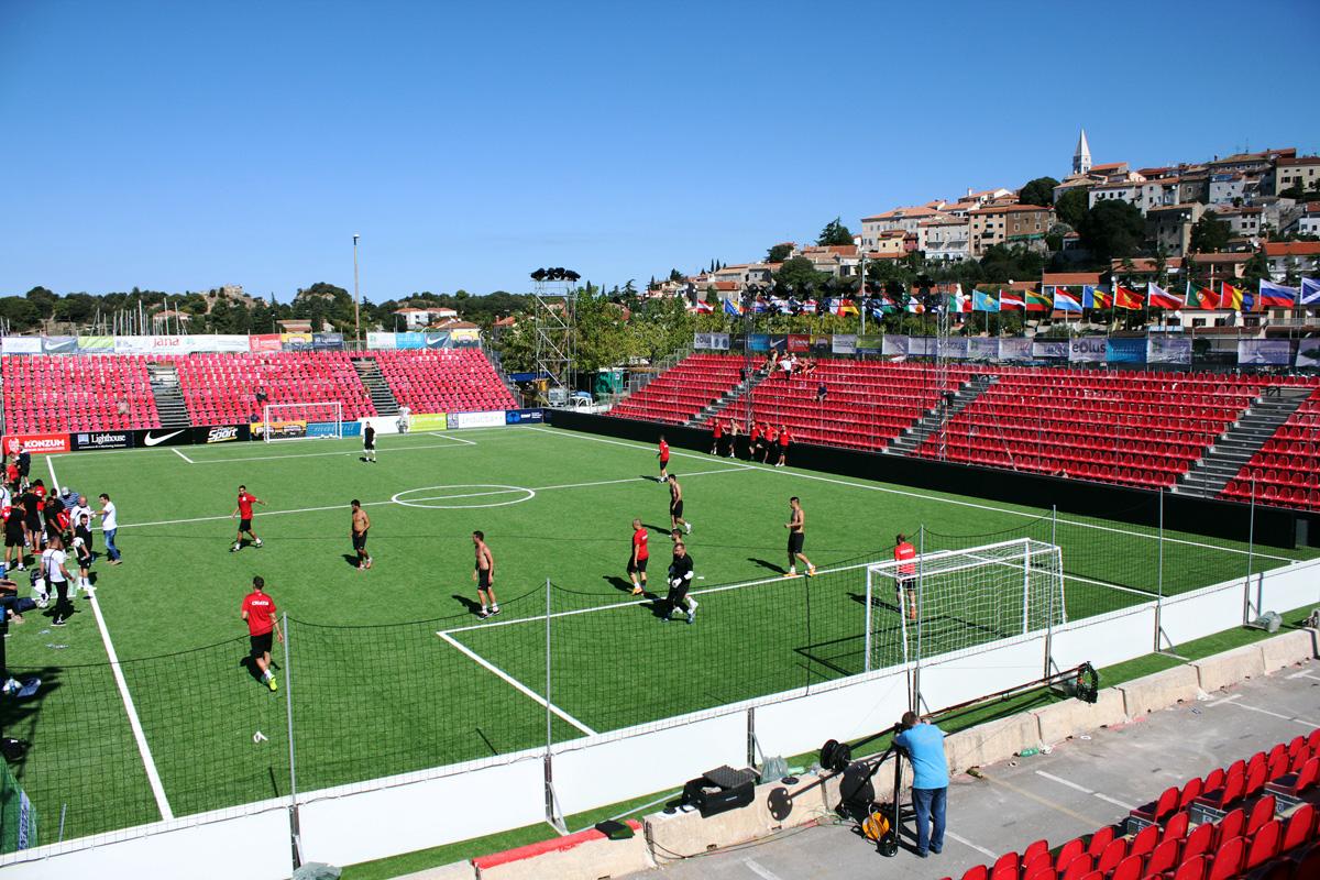 Pogled na stadion minIEURA izgrađen na glavnom parkiralištu u Vrsaru // Foto: HMS