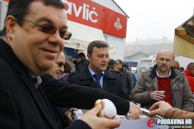 Brojni političari okupili su se danas na đurđevačkoj tržnici // Foto: Matija Gudlin