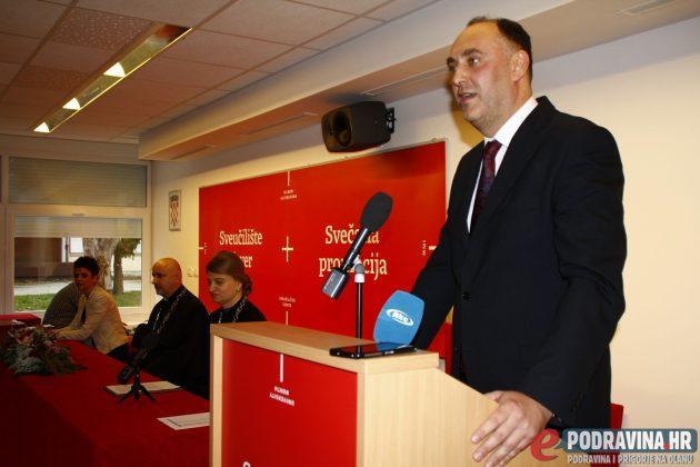 Rektor Marin Milković dodijelio nagrade najboljim studentima // Foto: Marko Murković