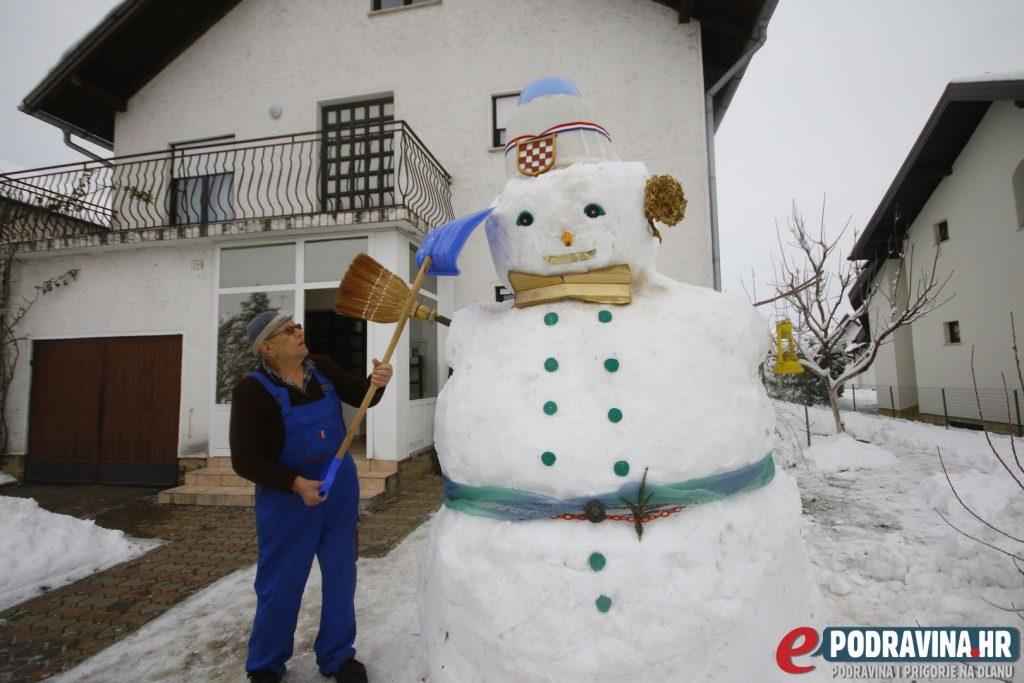 Ivan Vitez i njegov snjegović od tri metra // Foto: Matija Gudlin
