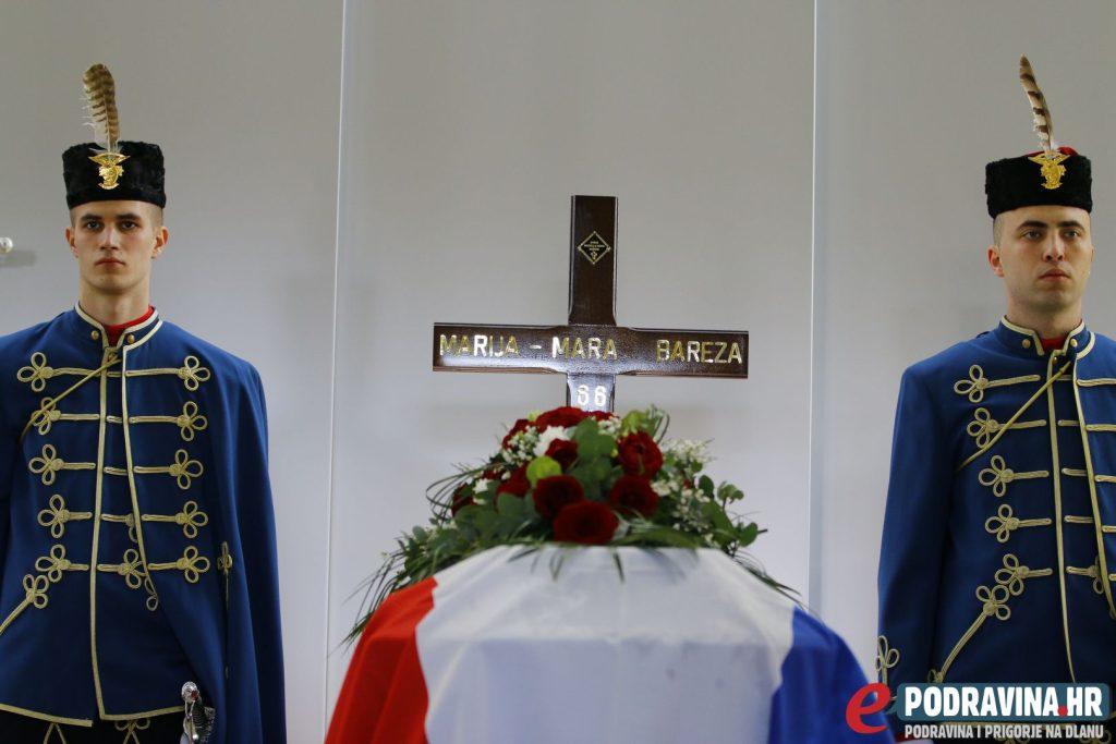 Počasna straža kraj lijesa pokojne Mare Bareze // Foto Matija Gudlin