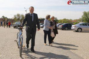 Gradonačelnik je na sjednicu stigao u svom stilu - biciklom // Foto: Matija Gudlin