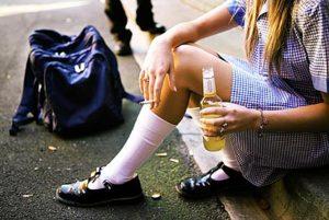 Razni poroci poput alkohola i cigareta nažalost nisu strani ni maloljetnicima koji ih često konzumiraju prilikom noćnih izlazaka // Ilustracija