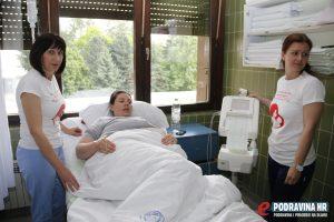 Biserka Geršič i Izabela Knapić uz rodilju koja će danas na svijet donijeti dječaka // Foto: Matija Gudlin