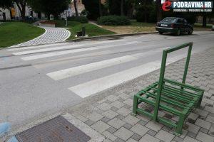 Stalak ispred prijelaza, prije pomicanja // Foto: Matija Gudlin
