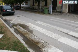 Zabranjeno parkiranje, ali s krive strane // Foto: Matija Gudlin