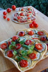 Lagane pizzette - cherry rajčice, tikvice, karamelizirani češnjak i/ili luk, mozzarella, kadulja i rikula // Foto: Martina Maloča
