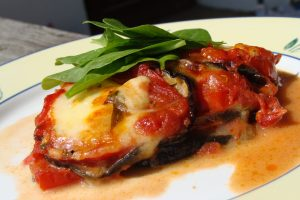 Ploške patlidžana i/ili tikvica, rajčica i mozzarelle u nekoliko slojeva, sa svježim bosiljkom, te zaliveni mediteranskim umakom od rajčica // Foto: Martina Maloča