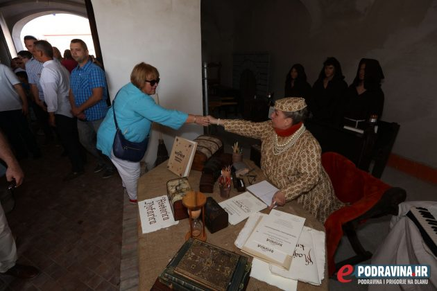 Postrojavanje i dolazak na bedeme - Renesansni festival // foto: Ivan Brkić