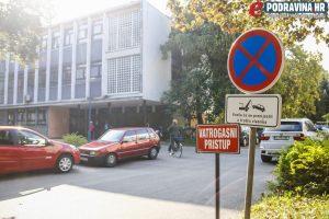 Dvorište koprivničke bolnice u kojem je navodno nepropisno stajao taksi // Foto: Matija Gudlin