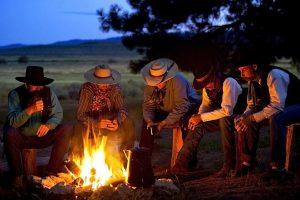 Chilli se kuha na vatri, u limenom lončiću, uz šator i konja, s izvučenim pištoljem // Foto: tumblr.com