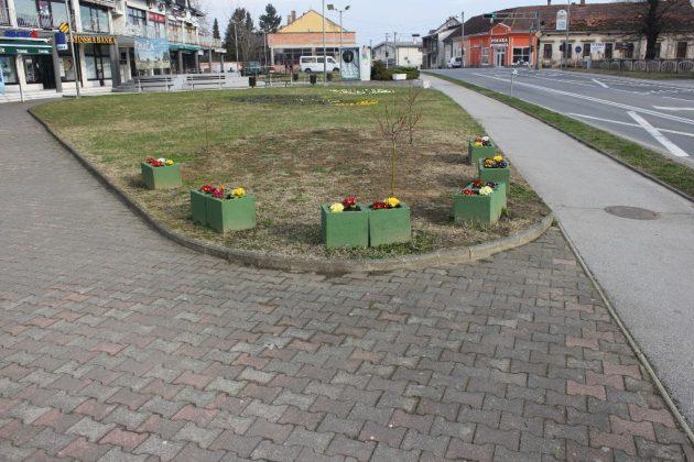 Korisnici zajamčene minimalne naknade Općine Pitomače, koji su obvezatni odraditi rad za opće dobro, krenuli su sa uređenjem centra Pitomače.