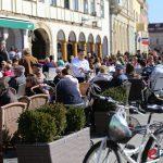 Sunčano dopodne na Zrinskom trgu u Koprivnici