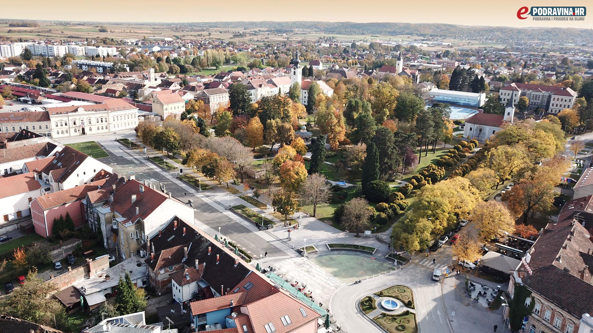 Zrinski trg u Koprivnici u jesen - panorama iz zraka
