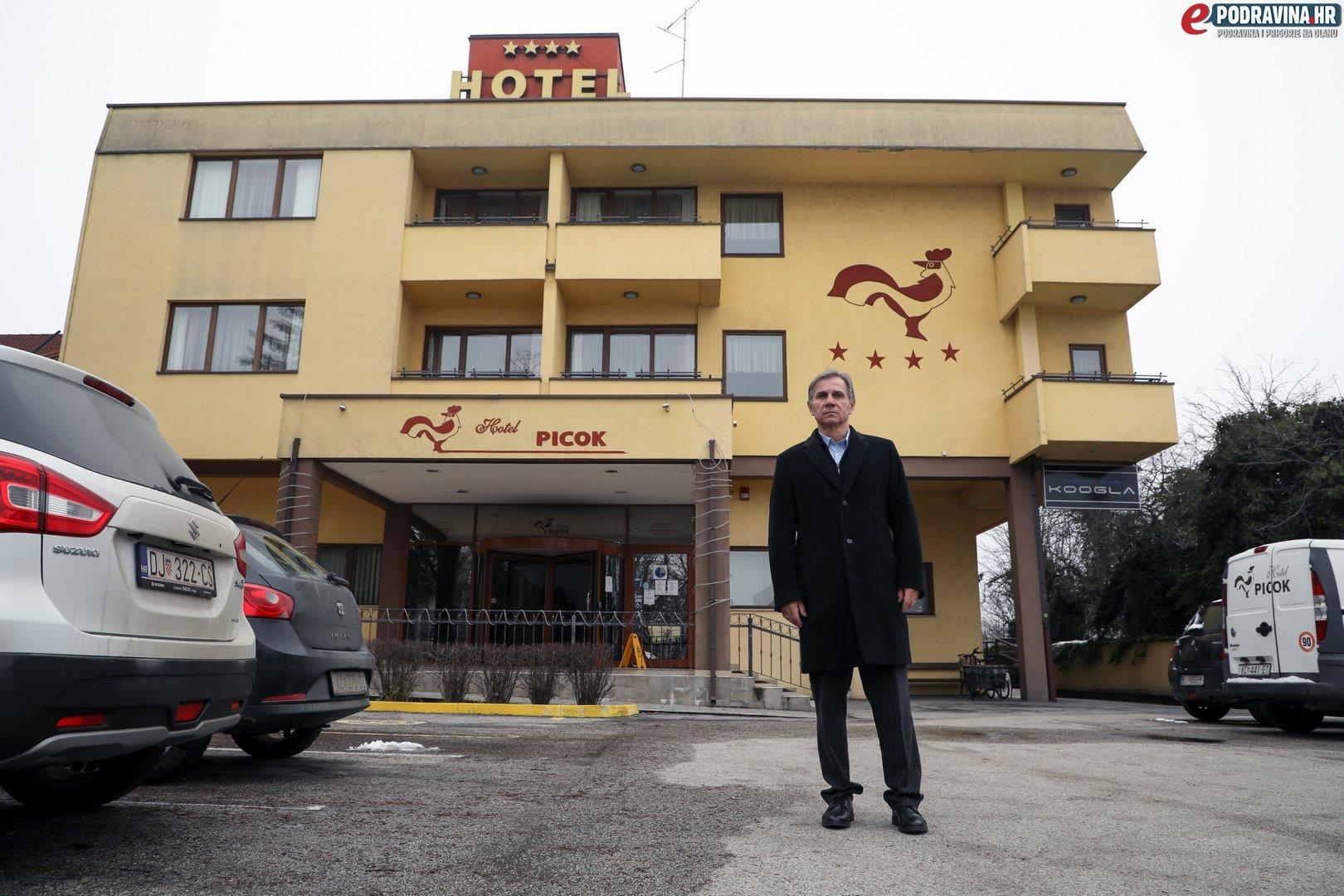 Rudolf Radiković ispred Hotela Picok