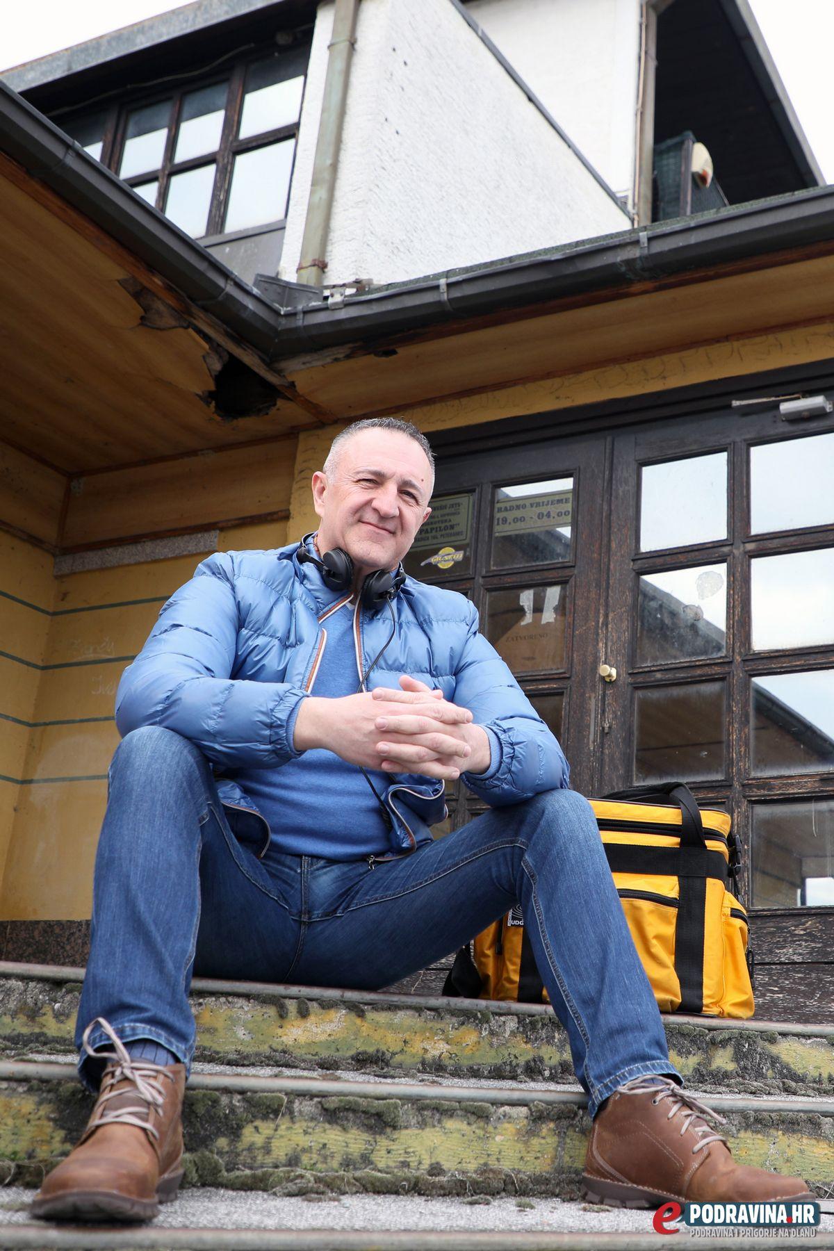 DJ Krnya ispred zatvorenog Papillona